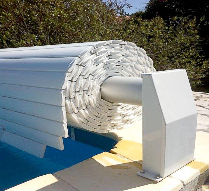 Volet de piscine hors sol : Il protège l'eau des impuretés extérieures, limite la baisse de température ainsi que l'évaporation.