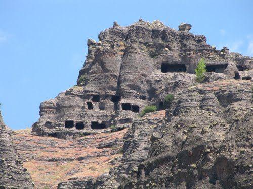 Muslar kaya evleri/Seben/Bolu/// Bu kaya evlerinin bazılarında kırmızı boya ile yapılmış haç işaretleri ile karşılaşılmıştır. Bazılarında da şapel, rolik çukurları bulunmuştur. Çeltikdere 'deki kaya evleri Bizans Kilisesi karşısındadır. Bu buluntulara dayanılarak Seben Kaya evlerinin erken Hıristiyanlık döneminde kullanılmış olduğu sanılmaktadır.