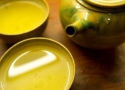 e minut trzeba parzyć herbatę? Temperatura wody do parzenia herbaty Żeby przygotować prawidłowo herbatę musimy przestrzegać zasad parzenia konkretnego rodzaju herbaty. Poniższa tabela zawiera najpopularniejsze rodzaje herbaty wraz z odpowiednimi czasami parzenia i temperaturą parzenia.