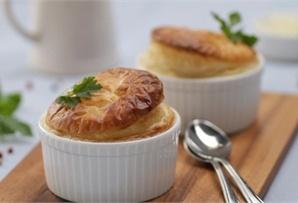Barszcz pod pierzynką z ciasta francuskiego / White Borscht topped with Puff Pastry prosty przepis na barszcz pod pierzynką ciasta francuskiego.