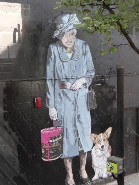 """Tant que La Reine ne dit pas """"ces tagueurs, je ne peux plus les voir en peinture... ! """" / Street art. / London. / Londres. / UK. / By Banksy."""