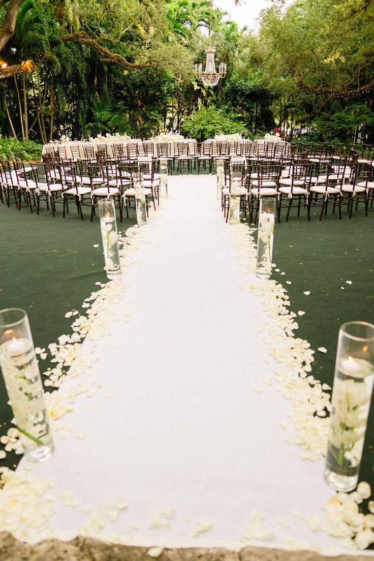 Gorgeous ceremony setting! Love the seating idea