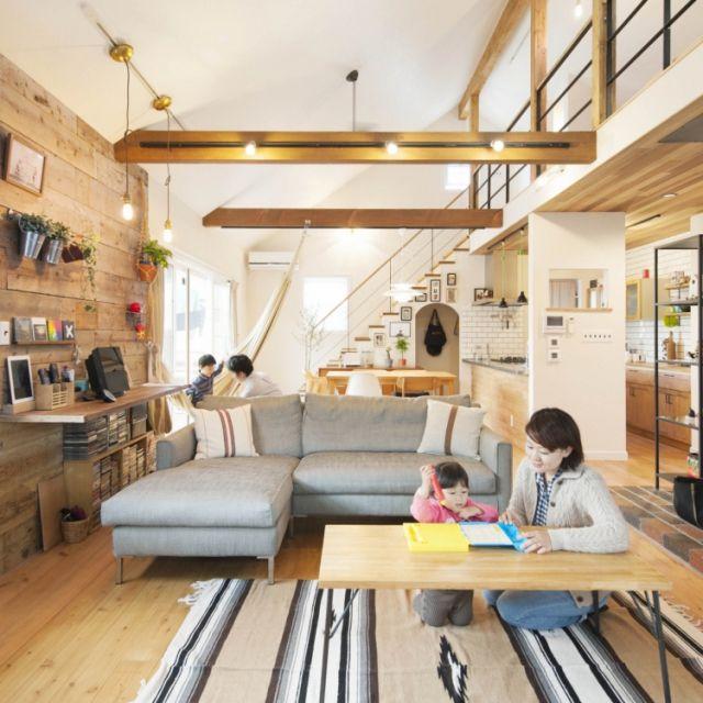 fukui-kensetsuさんの、福井建設,オーディオ台,勾配天井,勾配天井+ロフト,アイアン手摺の階段,吹抜け梁,パイン無垢フローリング,足場板板壁,ナチュラル,部屋全体,のお部屋写真