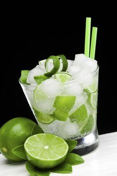 Minz-Limetten-Cocktail  Ihr braucht (für 1 Glas):      Sekt     Ginger Ale     Eiswürfel     1 Limette     1 TL brauner Zucker     1 Zweig Minze  Und so geht's: Die Limette vierteln und in ein hohes Glas geben, die Minzblätter dazu zupfen, den Zucker dazu geben und kurz ausdrücken. Das Glas mit Eiswürfeln fast bis zum Rand füllen, dann zur Hälftemit Ginger Ale und die andere Hälfte mit Sekt auffüllen. Kurz umrühren und sofort servieren.