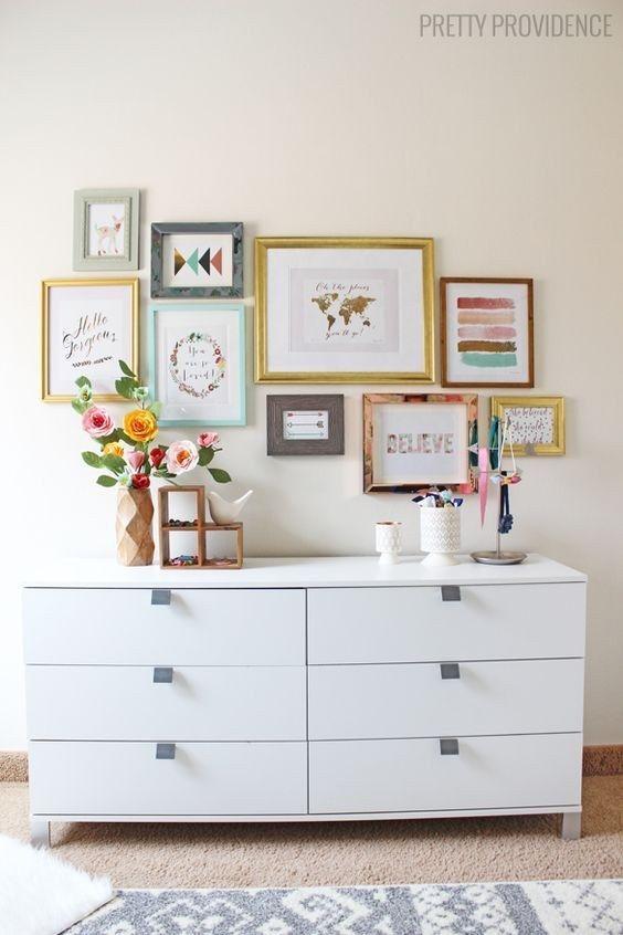 Haz tu pequeña galería moderna: cuelga arte con marcos de diferentes tamaños, colores y formas. | 16 Ideas geniales para decorar una pared en tu habitación