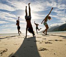 Вдохновляющая картинка девушки, подруги, веселье, берег, пляж. Разрешение: 500x373. Найди картинки на свой вкус!