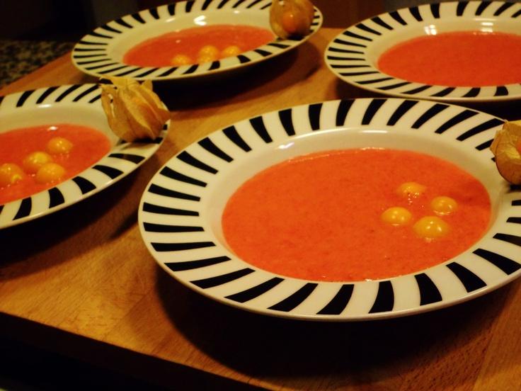 Sopinha. De morangos com tomates de capucho. Nada de especial, estava apenas brutal, portanto normal.