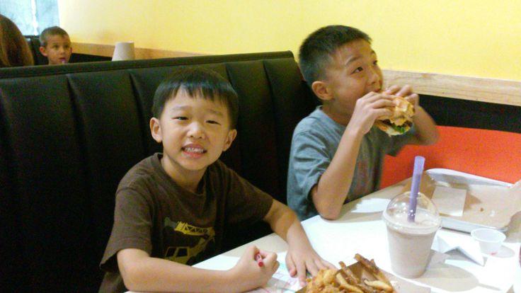 0921 학교 펀드레이징 날이라 mooyah burger 에서 저녁을 먹었다. 달라스에는 햄버거집이 많은데 마루는 역시 제일 맛있는 햄버거는 뉴저지 우리 동네에 있던 habit burger 란다. 엄마도 그래ㅎㅎ