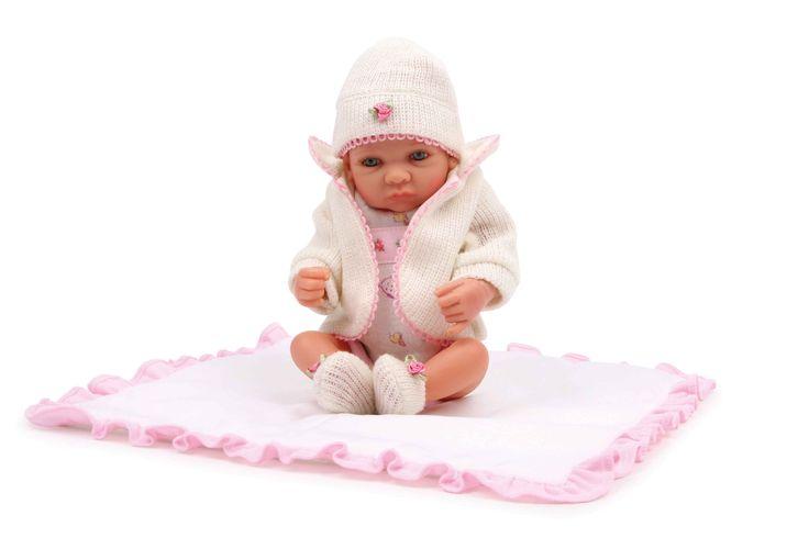 Absoluut sympathieke pop met bewegende ledematen en hoofd van hoogwaardig materiaal. De levendige ogen en zachte wimpers accentueren de charme van het kleine meisje met body, gebreid jasje, -schoenen en -muts die kunnen worden uitgetrokken in wit en roze! Een bijpassende deken (33 x 33 cm) heeft ze ook bij zich.