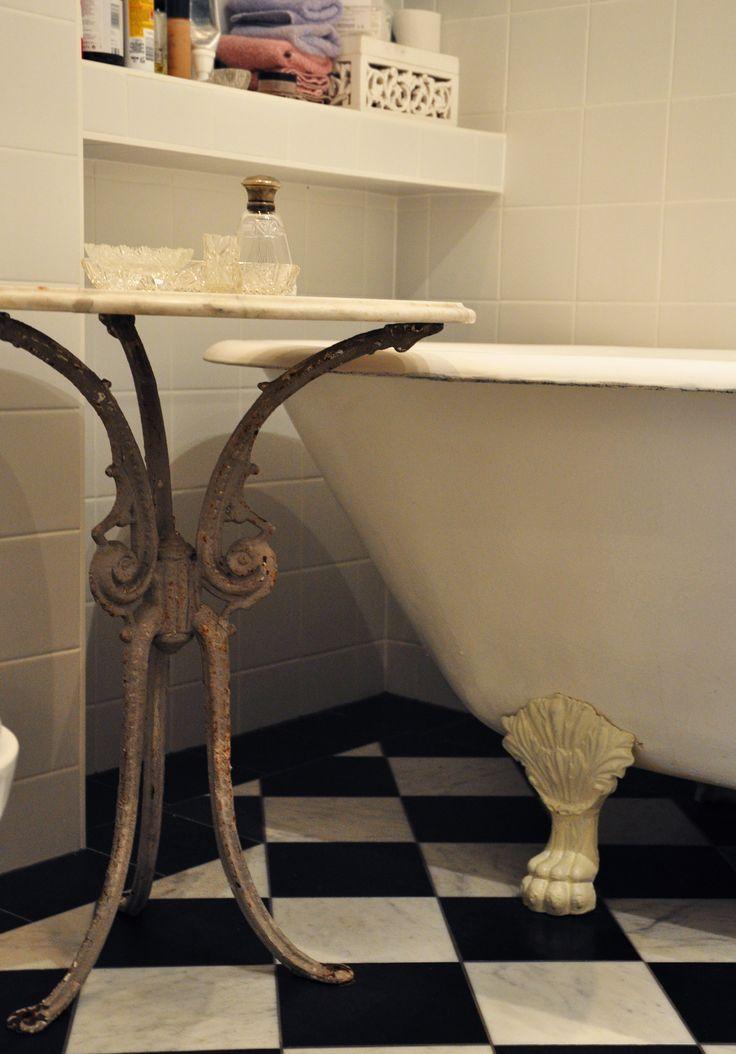 Renoverat badrum . 2 meter långt badkar från 1896 eller tidigare. Marmor bord på järnben