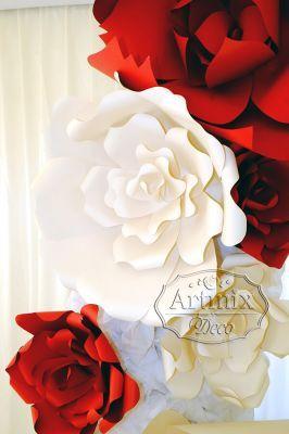 Большие цветы в оформлении свадебной арки