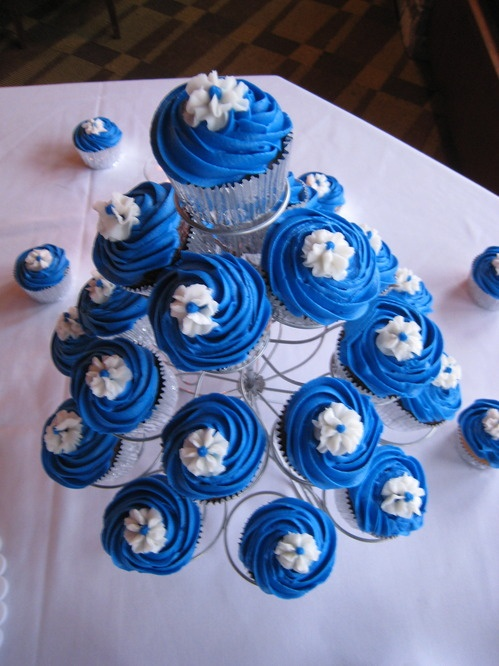 Blue signifies purity and innocence. Artistic Blue wedding cakes are refreshing. At the same time weeding cakes in blue are perfect for daring modern day bride. This is the way she can express her unique personality with a flare for adventure and the extraordinary.