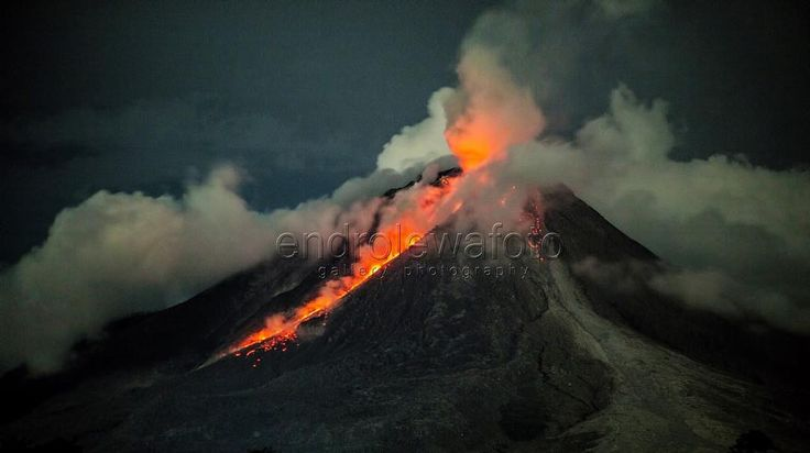 After the strong eruption on October 24, the Sinabung volcano exploded several times in the night of October 25, pulverizing its volcanic dome.