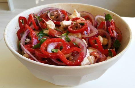 Smakelijke en makkelijke Griekse salade, met witte bonen, puntpaprika, tomaten, olijven, rode ui en feta. Het is eigenlijk een bijgerecht, wij aten het als hoofdgerecht met lekker brood erbij. Het …