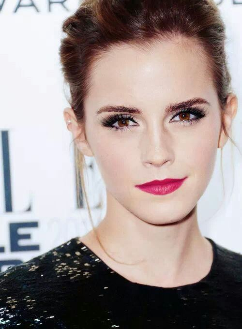 Emma Watson is seriously underrated. An empowering woman with a gorgeous figure, enviable hair and stunning features. I love this fuchsia lip on her.