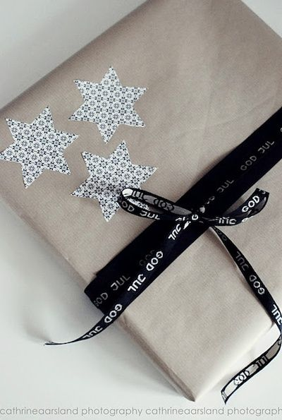 inpakken.. naturel/zwart en wit strijkkralen, schoolbordenverf, touw en tape