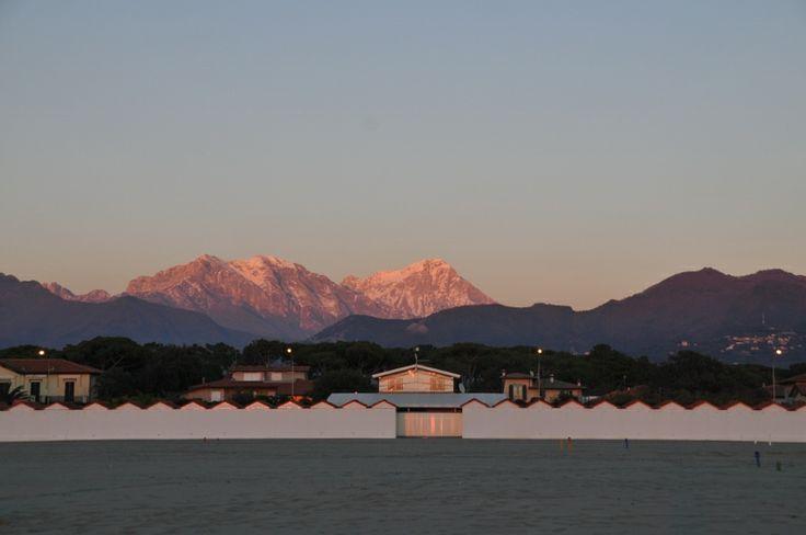 Le Alpi Apuane al tramonto, visione dalla spiaggia nella zona di Roma imperiale #winter #inverno #mare #forte dei marmi #versilia #lucca #tuscany #bagno costanza #alpi apuane #cabine
