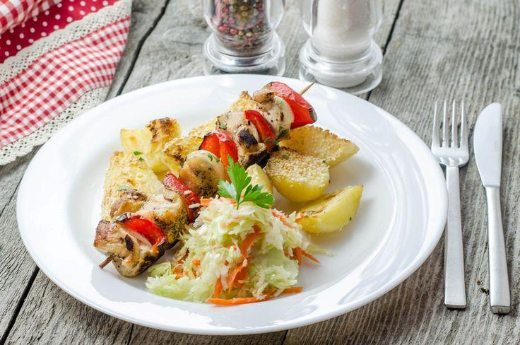 Frigărui din piept de pui la grătar cu cartofi cu susan