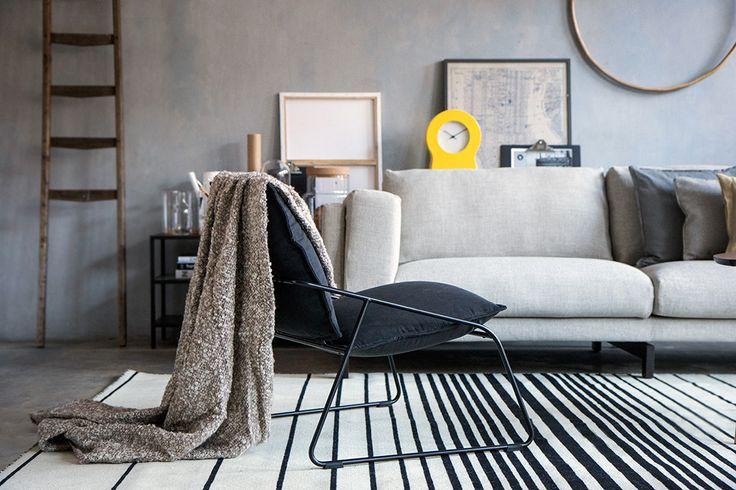 De moderne Scandinavische stijl is geroemd om zijn geometrische en simplistische vormen. Een tapijt met een grafisch lijnenspel draagt hieraan bij. | #STUDIObyIKEA #HowToStyle #IKEA #IKEAnl #woonkamer #decoratie #tapijt