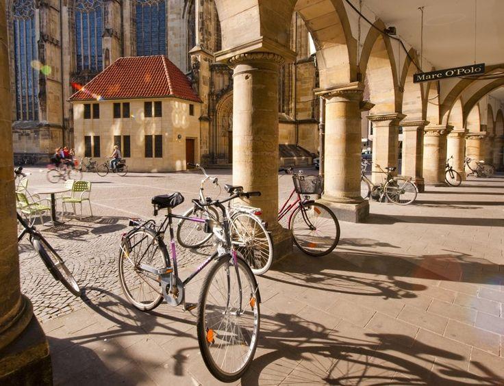 Fahrräder auf dem Kirchplatz von St. Lamberti in Münster, © Oliver Franke / Tourismus NRW e.V.