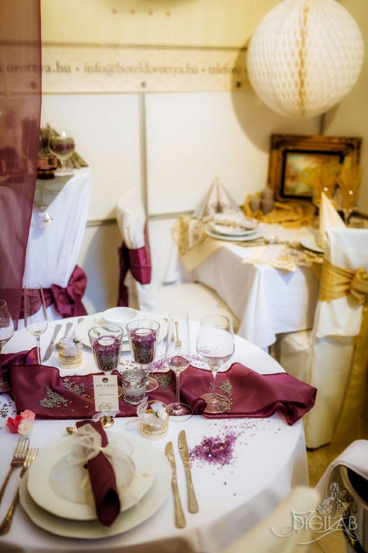 Bordó - fehér asztal dekoráció