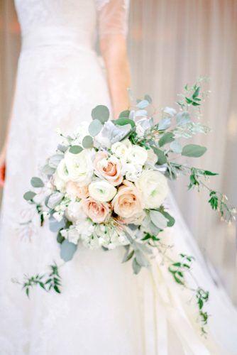 зеленые каскадные букеты невесты 2