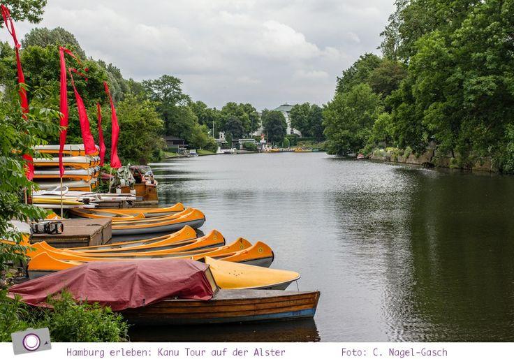 Eine Kanu Tour auf der Alster ist alles andere als langweilig. Mit dem Kanu über die Kanäle und Fleete paddeln, anschließend ein Picknick auf dem Bootssteg mit Prosecco. Was könnte schöner sein?