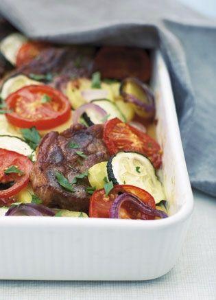 Nakkekoteletter er en af de mest smagfulde udskæringer på grisen, og de bliver supermøre, når de simrer i et ovnfad sammen med kartofler og grøntsager. Hele måltidet tilberedes i ét fad