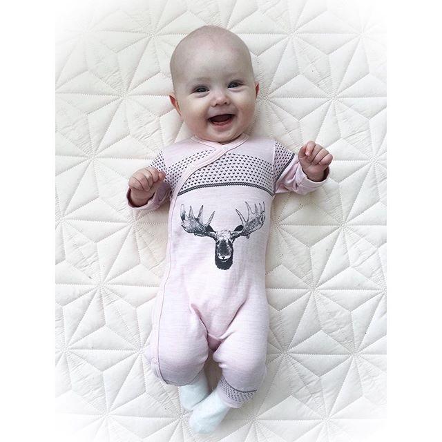 """Yndlingsulldressen vår Gruer meg sånn til denne er for liten men lillemor er ganske liten, så den passer en stund enda Mens jeg var gravid sa """"alle"""" at jeg ikke måtte kjøpe str. 50 og lite i 56, og heller satse på 62. For 50 brukte de maks en uke, og 56 i 3-4 uker - Vel, Ea er straks 5 mnd og bruker enda 56, så glad jeg ikke hørte særlig etter på det rådet  #mini #babyEa #EaNoelle #babygirl #hustandclaire #ullergull"""