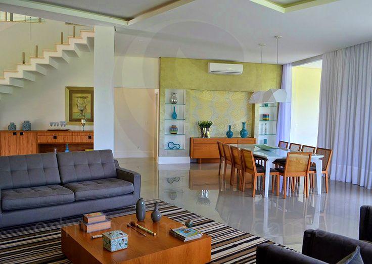O hall de entrada conduz ao salão principal, dividido em dois ambientes muito bem decorados: o living room e a sala de jantar.