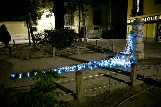 Luzinterruptus is an anonymous artistic group in Madrid who seek to highlight problems within the city using a wide variety of temporary light-based installations. The group is headed up by a duo including an artist and a photographer who have been using their art to create awareness of social and environmental issues since 2008.