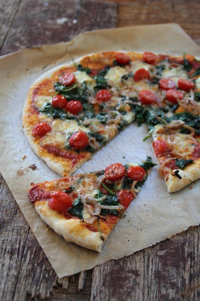 Pizza med spinat og tomater - en av våre yndlingspizzaer! For denne og andre gode pizzaoppskrifter besøk bloggen Mat på Bordet.