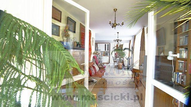 Piękne mieszkanie na Kabatach, z niespotykanym klimatem przebywania w ogrodzie.3 komfortowe pokoje.Z dwóch pokoi jest wyjście na werandę (11 m2).Kuchnia duża, z oknem, półotwarta,  połączona z wydzieloną jadalnią.Dwie oddzielne sypialnie; ...
