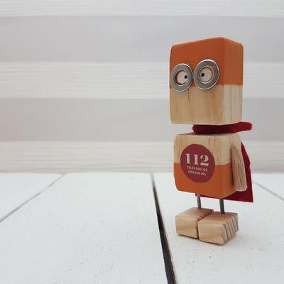 Pequeños robot de madera. Wooden robot. Woodrobo…