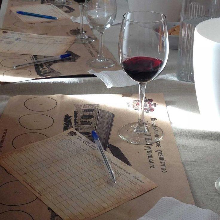Бокал вина на столе во время дегустации Херсон. Kherson. Wine. Bottle. Винный тур, шато князя Трубецкого. Отдых в Херсоне