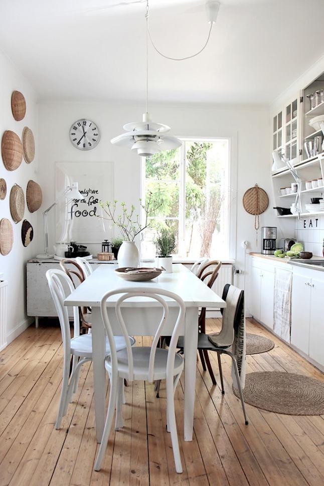 Une cuisine/salle à manger rustique. http://www.m-habitat.fr/par-pieces/cuisine/amenager-un-coin-repas-dans-une-cuisine-2696_A