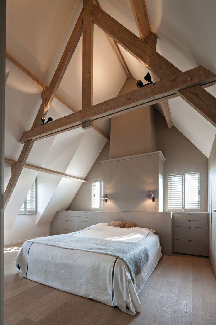 Slaapkamer met houten planken aan het plafond