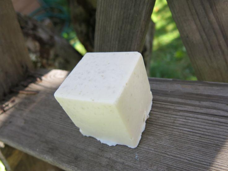 Valkoinen ja viimeinen suolasaippuakuutio, tuoksuton, kaoliinia. White salt soap cube, unscented and kaolin in it.