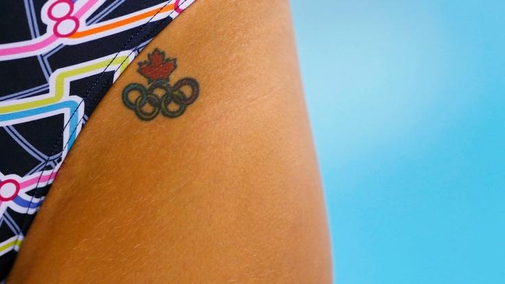 Imagem flagra a tatuagem de aros olímpicos na virilha de uma nadadora canadense durante treino no centro aquático de Londres