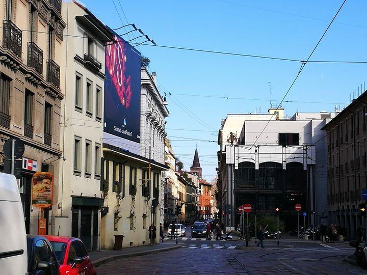 Buongiorno #Milano e buona domenica. Là in fondo spunta un campanile: di quale chiesa? :-) #milanodavedere Milano da Vedere