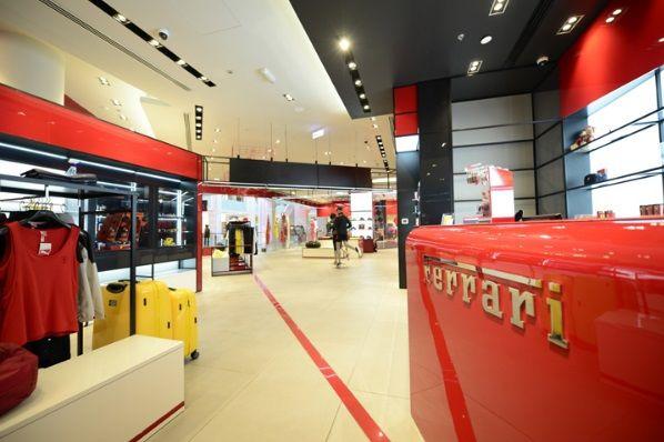 ВЕДУЩИЙ ФИРМЕННЫЙ МАГАЗИН ФЕРРАРИ 🚗 😍  Продуманный дизайн фирменного магазина Ferrari соответствует бренду. Расположенный в одном из крупнейших торговых центров мира Dubai Маll, магазин разработан в соответствии с новой концепцией розничной торговли. Имея размер в 800 кв.м., он занимает второе место по площади в тематическом парке Ferrari World в Абу-Даби.  http://ctot.ru/publication/useful/samye_stilnye_magaziny:_krasochnyj_dizajn_firmennogo_magazina_ferrari248