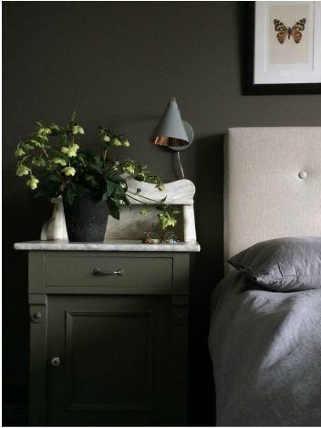 Et gammelt skap med marmorplate passer perfekt som nattbord.