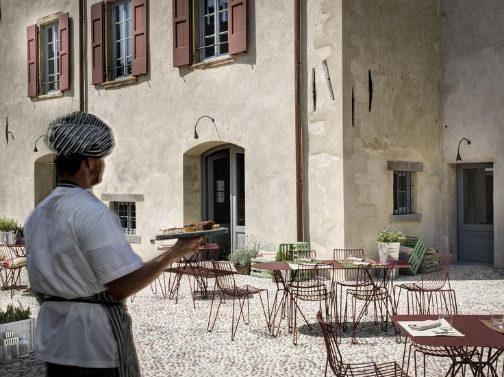 Un'immagine degli esterni della Locanda dei Nobili Viaggiatori di Malpaga, un recupero importante del Borgo medioevale - Tavoli e sedie Massproduction AB, serie Tio