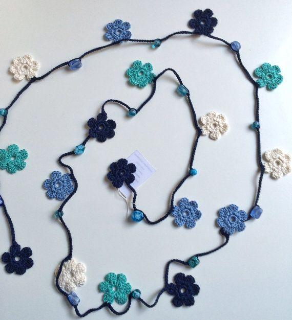 Yo he sido maravillándose de la lariat y oya collares de ganchillo que he encontrado en dos de mis tiendas favoritas, ReddApple y SenasShop. Así que decidí hacer este inspirado en aquellos que encuentro tan belleza y gracia.  Utilicé hilo de algodón 100% para hacer adornos de flor y cordón de cadena. Entre cada flor se encuentran granos de cerámica azul.  Todas mis creaciones son uno de una clase.