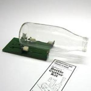 Flessen snijder deluxe ]€67,00 Het verschil met de andere flessensnijders is dat deze machine ook op het schuine gedeelte van de fles kan snijden, dit doormiddel van een volledig verstelbare snijkop.  €67,00