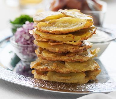 Recept: Mandelpotatistortilla med matjessill, gräslök och gräddfil