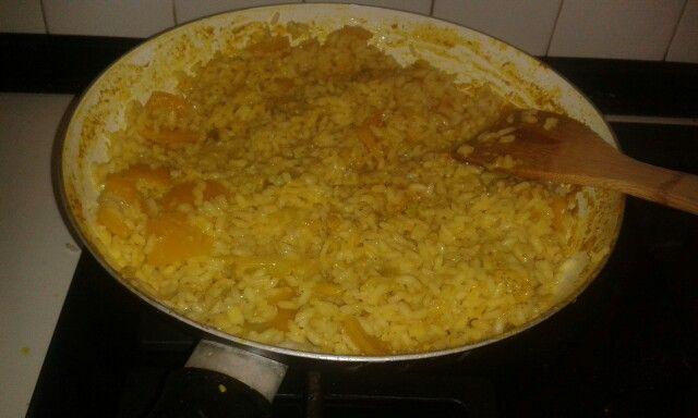 Riso al curry con melanzane, peperoni e spezie