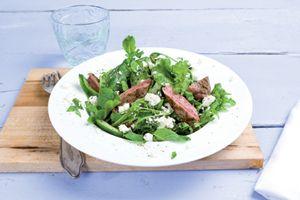 Salade met lamsvlees, feta en munt. Lamsrack van de bbq en extra tomaatjes toegevoegd en limoen aan de dressing