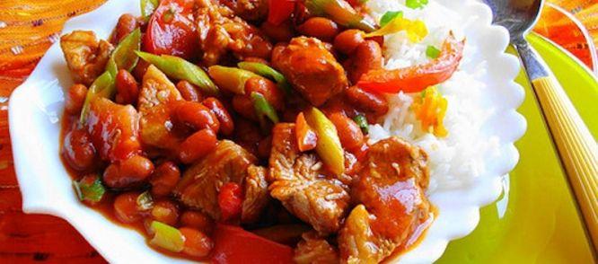 De Hete Bruine Bonen Schotel is een heerlijk gerecht als je van de Aziatische keuken houd waar een beetje pit in zit.  Lekker voor de koude winterdagen!