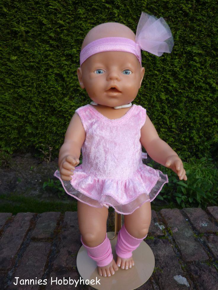 Balletpakje incl. beenwarmers en hoofdband BabyBorn 43 cm. Aangepast ontwerp van Christel Dekker, beenwarmers eigen ontwerp